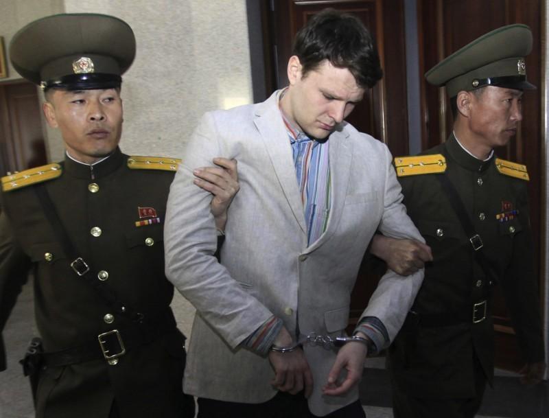 沃恩比爾(中)在北韓遭關押後返美不久便逝世。(美聯社)