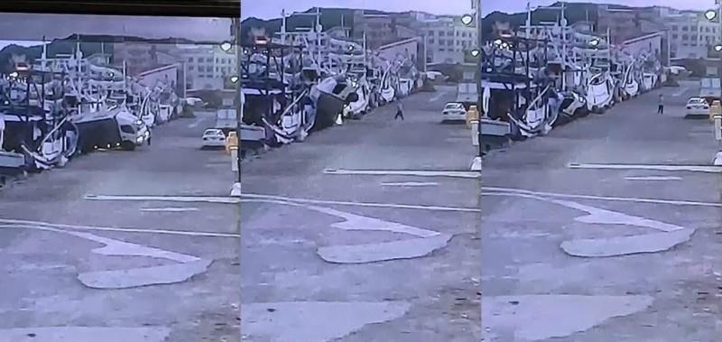 貨主將三輛貨車倒車開進八斗子漁港。(記者林嘉東翻攝)