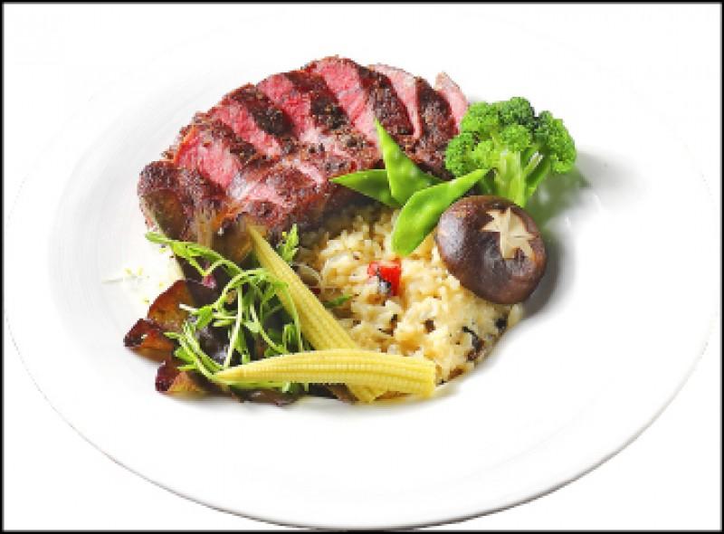 炙炎牛排燉飯/380元, 以舒肥法低溫烹調的牛肉保有鮮嫩口感,燉飯則以白醬清炒,再用米酒嗆香,風味偏清爽,不過分濃膩。(記者李惠洲/攝影)