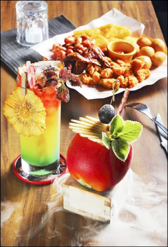 蘋果派/350元(右)、性感沙灘/300元(左)、酥炸拼盤/380元, 蘋果派以威士忌、新鮮蘋果、蜂蜜、肉桂,做出蘋果派風味的調酒,上桌時會噴乾冰;性感沙灘則是經典調酒改良,以伏特加、水蜜桃、蔓越莓、鳳梨汁調製出熱帶水果風味,鳳梨果乾是店家自行烘製;酥炸拼盤則有薯餅、熱狗球、雞翅、雞米花、小肉豆,雞翅是檸檬醃過再烤,是適合多人食用的下酒菜。(記者李惠洲/攝影)