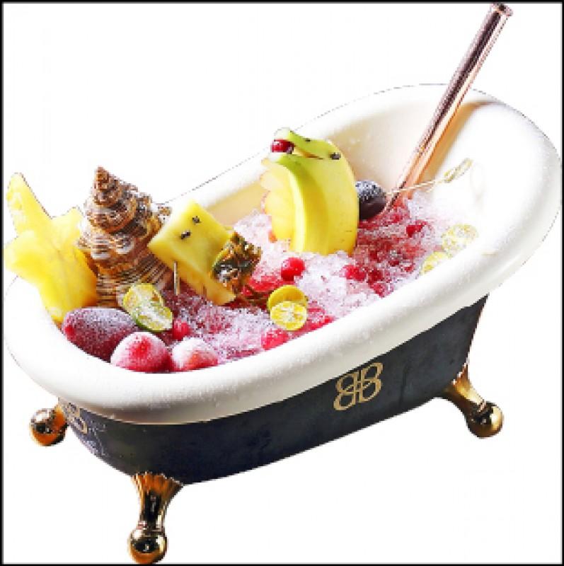 今晚睡浴缸/1,600~2,000元(4~5人份), 以紅酒為基底調酒,搭配蔓越莓、草莓等酸甜口味水果調製,並以新鮮水果裝飾做出派大星、海綿寶寶、海豚等海洋風情,超過2,000c.c.的大容量,不僅外型討喜,也適合多位好友共飲。(記者李惠洲/攝影)