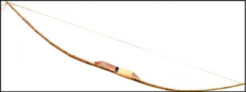 單體竹木長弓,由竹或木頭切削一體成形的原始弓型,常見於初民社會。(記者陳宇睿/攝影)