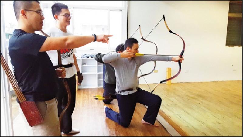 壓低身型的跪射技法,屬於進階技巧。(圖片提供/臺灣傳統射箭學會)