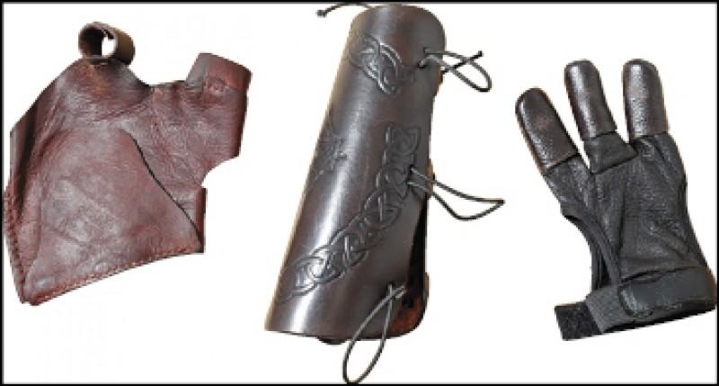 由左至右為左護手、護臂以及護指手套,為入門新手必備護具。(記者陳宇睿/攝影)