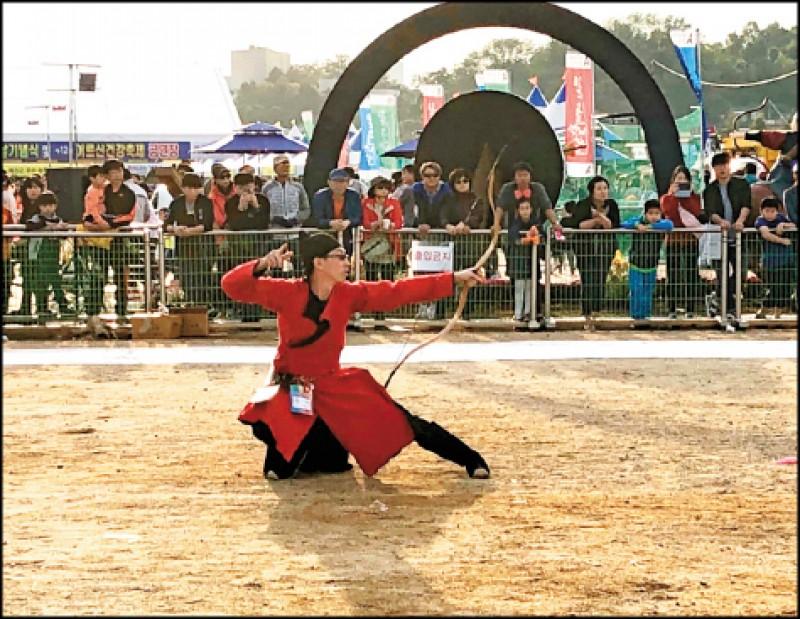 參加世界傳統射箭節,全球好手穿著傳統服飾同場競技。(圖片提供/臺灣傳統射箭學會)