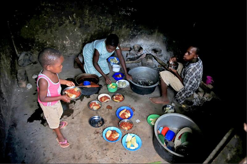 娜芭坦濟子女則準備晚餐。(路透)