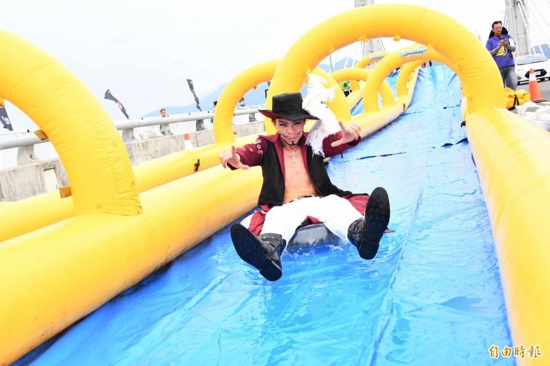 運動會推出百米滑水道及泡泡關卡於活動路線中,動漫迷全程參與。(記者蔡宗憲攝)