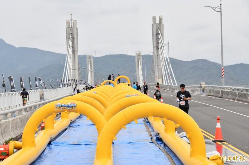 運動會推出百米滑水道及泡泡關卡於活動路線中。(記者蔡宗憲攝)