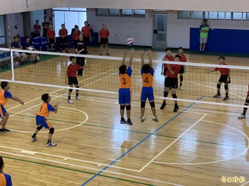 台電盃排球錦標賽,小選手們球場上努力表現(記者葉永騫攝)