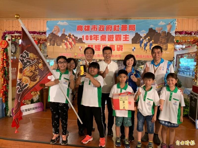 六龜關懷協會威風隊贏得桌遊霸主。(記者黃旭磊攝)