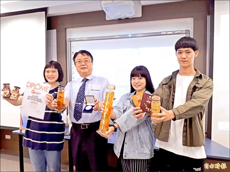 中華大學師生團隊獲得日內瓦發明創新展三項大獎。(記者洪美秀攝)