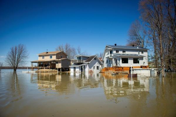 加拿大近日洪災不斷,繼渥太華禁入緊急狀態後,蒙特婁於當地週五(26)晚間也宣布進入緊急狀態。(法新社)