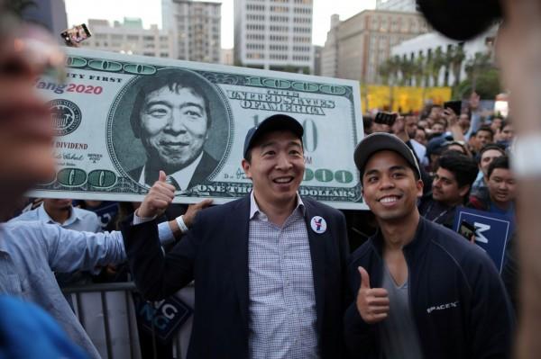 台裔美籍的民主黨總統候選人楊安澤(Andrew Yang)提倡以人本至上的資本主義,日前他表示他將是擊敗川普的候選人,因為他正專注於提出可以改善人們生活的解決方案,其中包含振興新聞業的政見,也受到民眾關注。(路透)