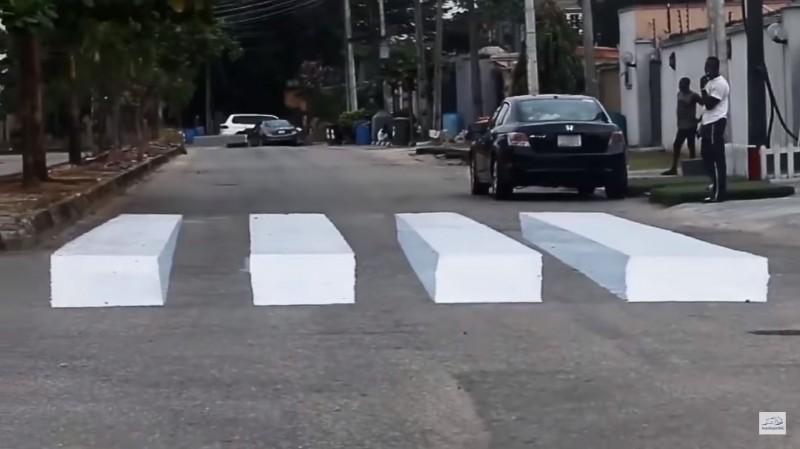 奈及利亞國內第1條3D斑馬線。(擷取自YouTube)