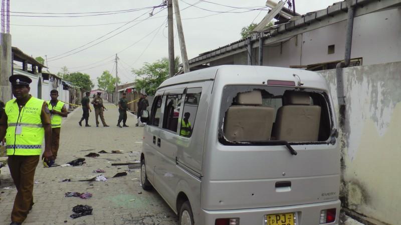 斯里蘭卡維安部隊昨天晚間攻堅爆炸案嫌犯藏身處,圖為斯里蘭卡警方今天持續於攻堅現場維安的情形。(美聯社)