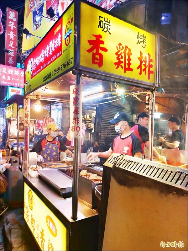 士林夜市知名雞排攤,一片賣到八十元,仍吸引民眾大排長龍。(記者蔡亞樺攝)