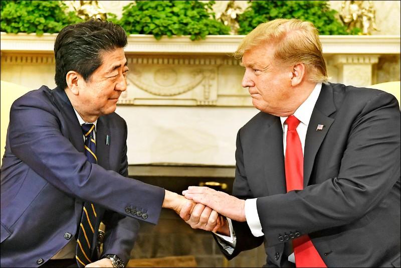 美國總統川普(右)廿六日在白宮橢圓形辦公室接見來訪的日本首相安倍晉三,並透露美日貿易談判可望在五月底達成協議。(美聯社)