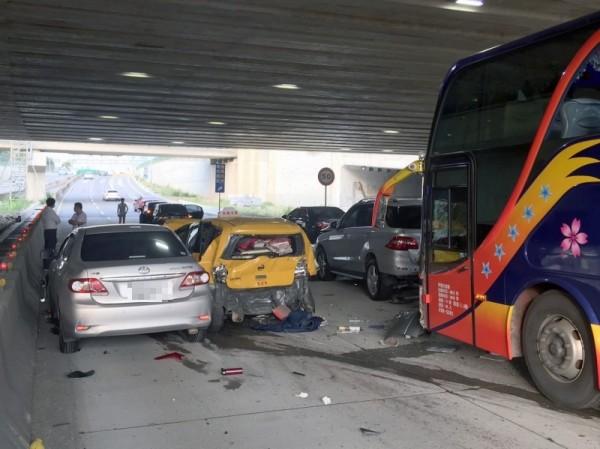 桃園機場出場車道靠華航諾富特飯店發生6台車輛擦撞的連環車禍,目前交通已經恢復。(記者姚介修翻攝)