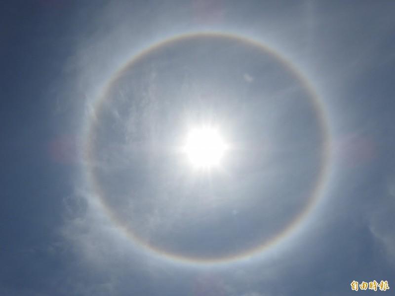 台東市天空見日暈。(記者黃明堂攝)