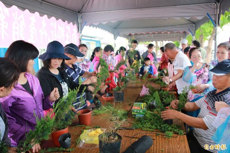 農夫市集假日也推出植栽等體驗課程,豐富市集內容。(記者鄭名翔攝)