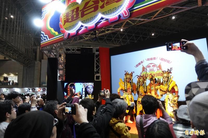 「超台灣館」的廟會家將表演,吸引民眾搶拍。(記者林翠儀攝)