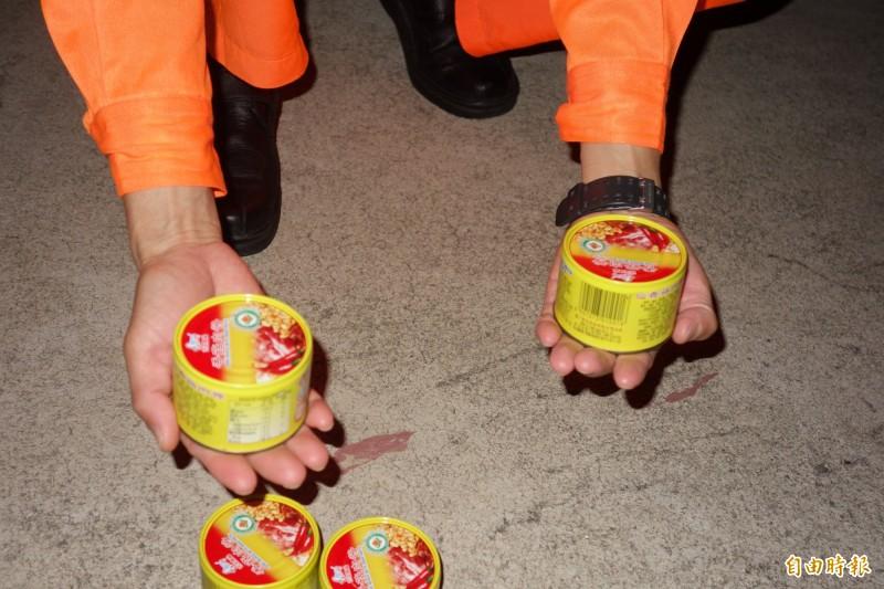 澎湖海巡隊查獲的中國台字號漁船越界,在船員行李中查獲五罐豬肉罐頭。(記者劉禹慶攝)