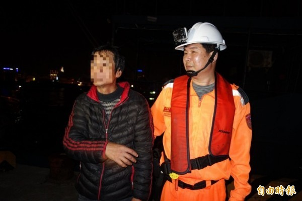陳姓船老大表示,來自中國福建泉州台商投資區,豬肉罐頭為船員搭配泡麵自用。(記者劉禹慶攝)