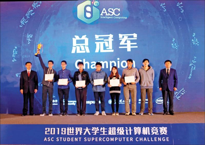 清華大學團隊陳弘欣(左二起至右二)、許耿瑞、林原慶、林芍甫、楊季蓁、副教授周志遠、教練尤立宇勇奪ASC世界大學生超級計算機競賽冠軍。(清大提供)