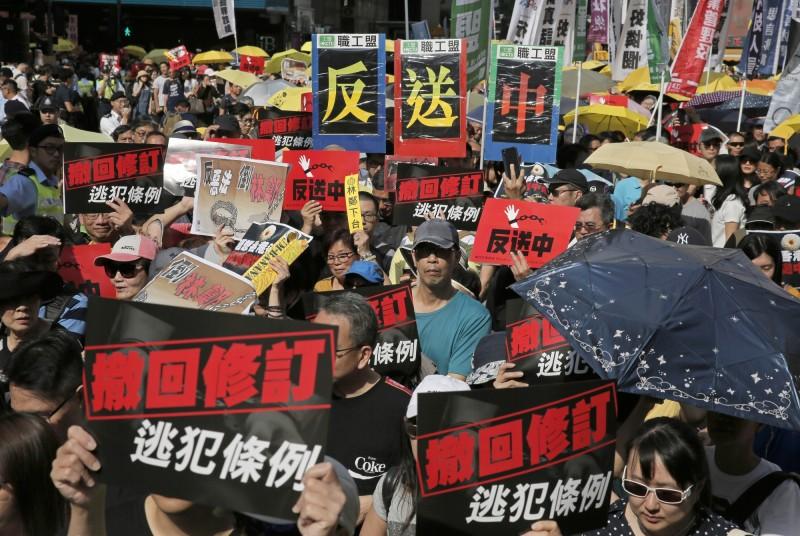 香港「民間人權陣線」今(28)日發起「反送中」遊行,號召港人上街反對政府修訂《逃犯條例》。(美聯社)