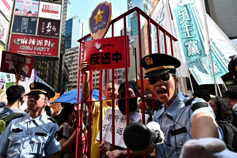 香港「民間人權陣線」今(28)日發起「反送中」遊行,號召港人上街反對政府修訂《逃犯條例》。(法新社)