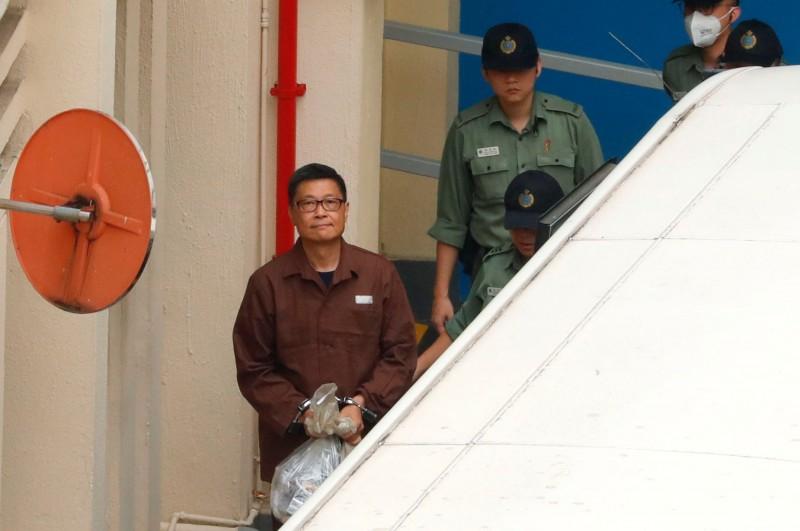因「佔領中環」被判16個月的陳健民於昨日移監服刑,他在上囚車時面帶微笑,從容服刑。(路透)