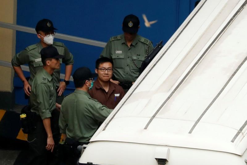 因「佔領中環」被判8個月的黃浩銘於昨日移監服刑,他在上囚車時面帶微笑,從容服刑。(路透)