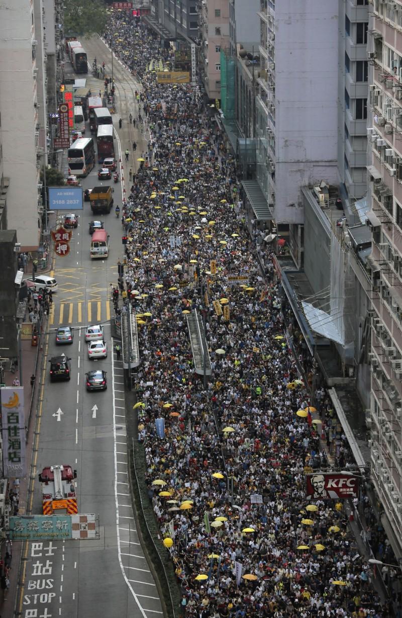 由香港民陣發起的「反逃犯條例」遊行,今日下午3時40分時從銅鑼灣東角道出發遊行至香港立法會示威。(美聯社)