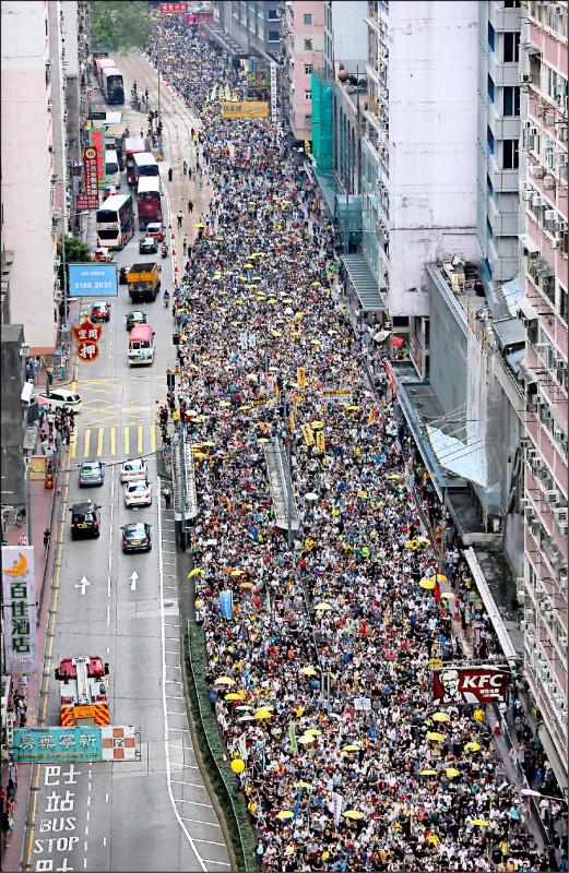 為了向港府表達港人自由和安全不容侵犯,香港「民間人權陣線」(民陣)繼上月31日後,再度於28日發動「反送中」大遊行。(美聯社)