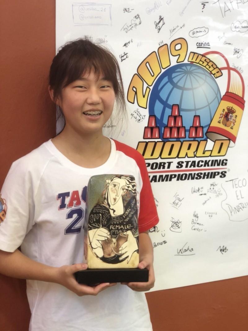 年僅13歲的林芮安快手奪下難能可貴的世界疊杯不分齡組冠軍。(圖:協會提供)