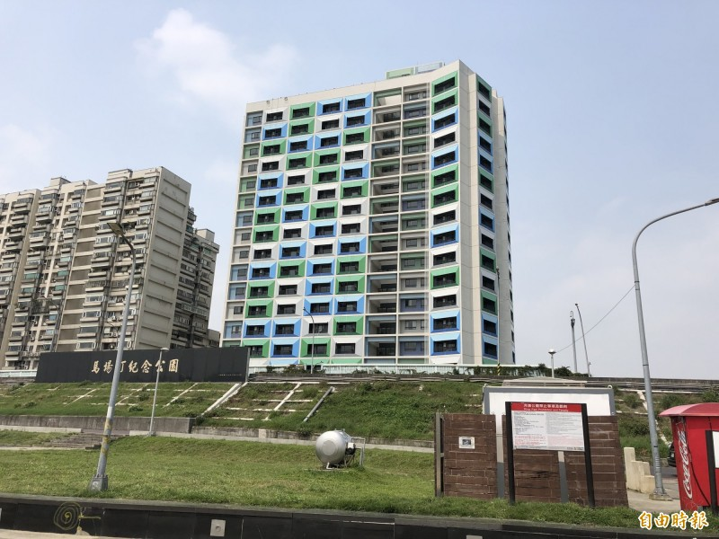 圖右建物為青年一期公宅。(記者郭安家攝)
