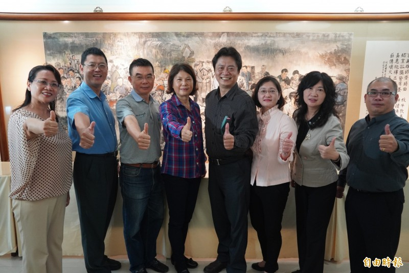 高雄榮家照服員朱育瑩(左1)為榮民夏允強的照護者。(記者涂鉅旻攝)