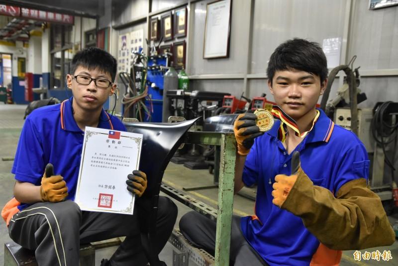 大成商工汽車科學生潘奇煥(右)、張元騰分別奪得全國技能競賽金牌及第五名。(記者黃淑莉攝)