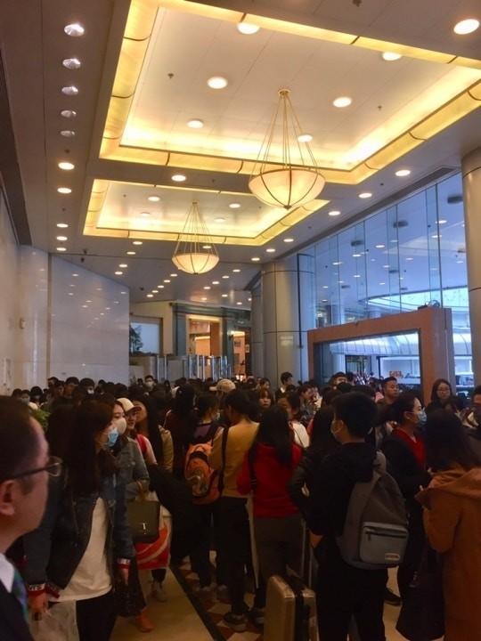 中客擠爆香港醫院打疫苗,使本來已經超負荷的香港醫療系統雪上加霜。(翻攝自網路)