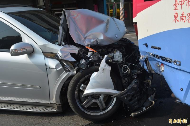 一輛由賴姓男子駕駛的賓士車,今天清晨失控撞上停在路邊等待發車的公車,賓士車頭嚴重損壞。(記者陳建志攝)
