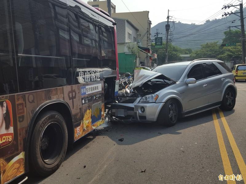 一輛由賴姓男子駕駛的賓士車,今天清晨失控撞上停在路邊等待發車的公車,所幸當時公車上沒載客。(記者陳建志攝)