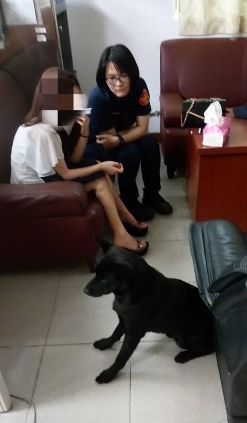 女警湯惠婷與警犬皮皮一起開導李女。(記者吳昇儒翻攝)