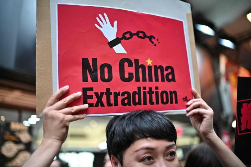 香港政府近日提議修訂「逃犯條例」。廉署前總調查主任查錫我在今天出席遊行記者會時提到,已經有很多朋友準備離開香港,能走就走。圖為民眾上街遊行抗議修例。(法新社)