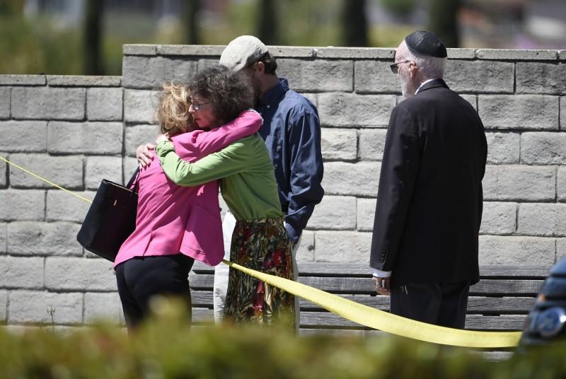 美國加州一座猶太會堂27日遭槍手掃射,造成多人中彈倒地,現場有醫生立刻為重傷民眾急救,但隨後他驚覺那竟然是自己的愛妻,震驚過度當場昏倒。(美聯社)