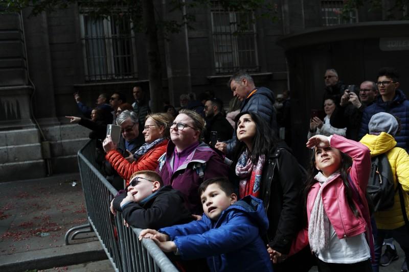 聖母院大火後,引發各界關注。圖為火災後,民眾在外觀看聖母院。(美聯社)