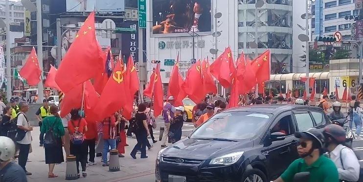西門町街道出現中國五星旗與共產黨旗,讓民眾相當反感。(圖擷取自影片)