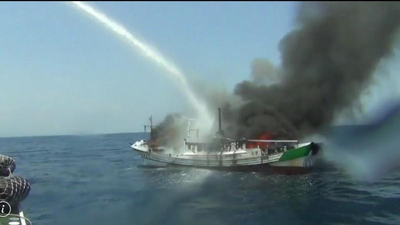 蘇澳籍漁船新金發6號發生火燒船,蘇澳海巡隊到場滅火。(記者江志雄翻攝)
