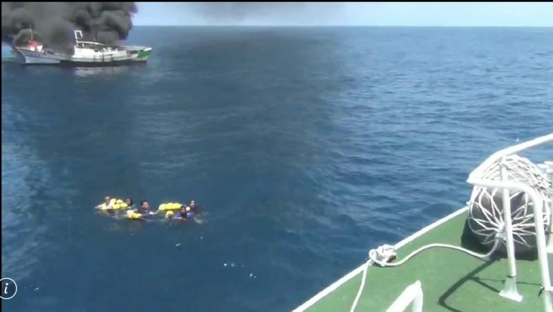 海巡人員營救落海船員。(記者江志雄翻攝)