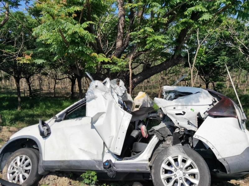 屏185線今天驚傳滿載軍人的休旅車發生自撞車禍,現場一片狼籍。(記者陳彥廷翻攝)