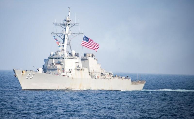 28日美國海軍兩艘伯克級神盾驅逐艦勞倫斯號(DDG-110)、史塔森號(DDG-63)通過台灣海峽。(歐新社)